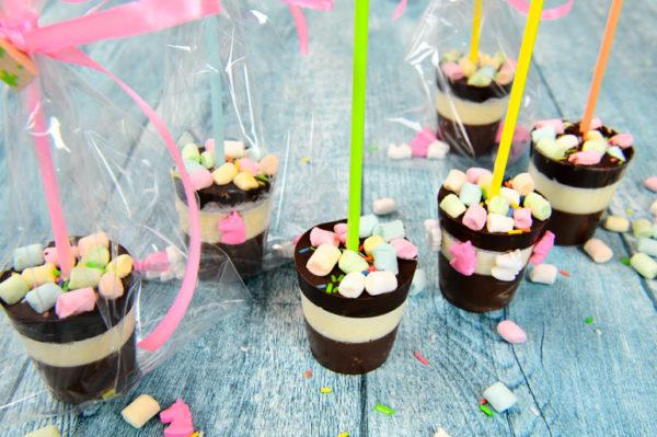 Trinkschokolade-am-Stiel-mit-Streusel-und-Marshmallows